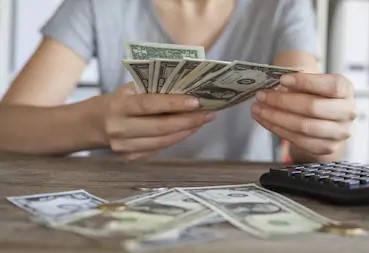 La mujer cuenta el dinero de SAPI